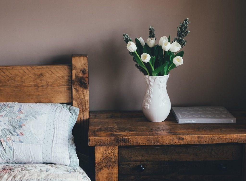 Letto e comodino in legno - Foto di Annie Sprat