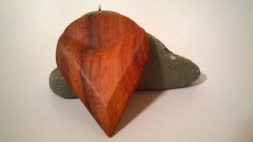Ciondolo realizzato in legno Padouk